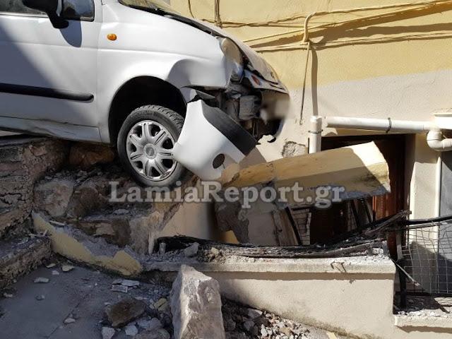 Φοβερό περιστατικό στην Λαμία: Γυναίκα οδηγός έχασε τον έλεγχο του αυτοκινήτου της και προσγειώθηκε πάνω στο σπίτι! (ΦΩΤΟ)