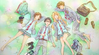 Vier Achtklässler in Schuluniformen dösen im Gras, von links nach rechts: Kurzhaarige Tsubaki, bebrillter Kousei, langhaarige Kaori, sportlicher Watari