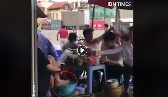 Lihat Kelakukan Wanita Ini, Menjual Minuman Pakai Air Bekas Cucian Kakinya