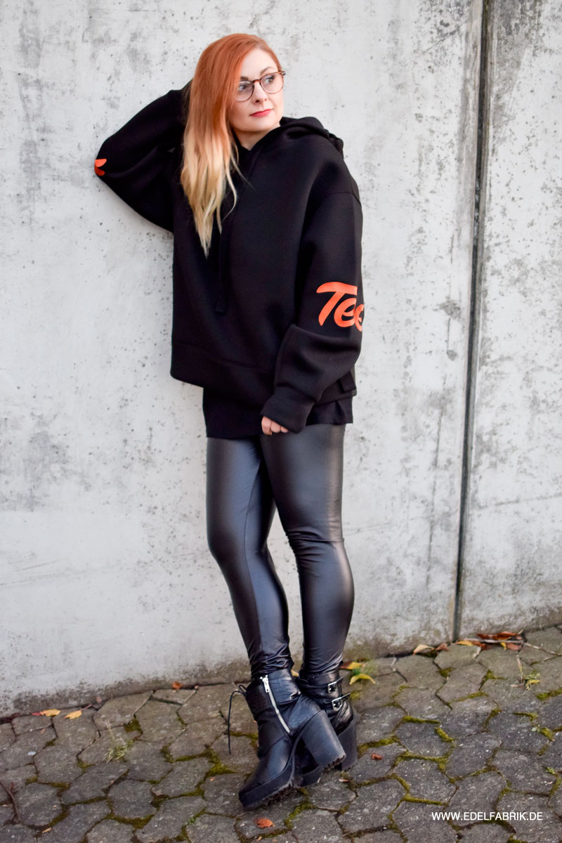 ace tee hoodie mit schwarzer leder look leggings kombinieren outfit die edelfabrik der 40. Black Bedroom Furniture Sets. Home Design Ideas