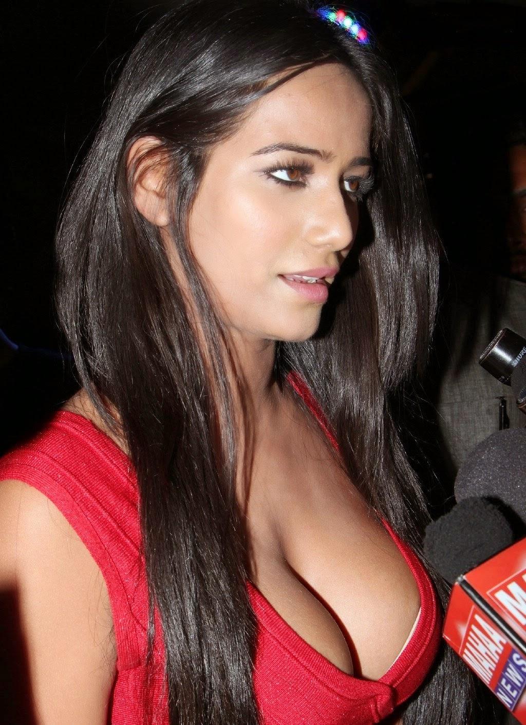 Poonam Pandey Hot Round Cleavage Exposed - Images-4442