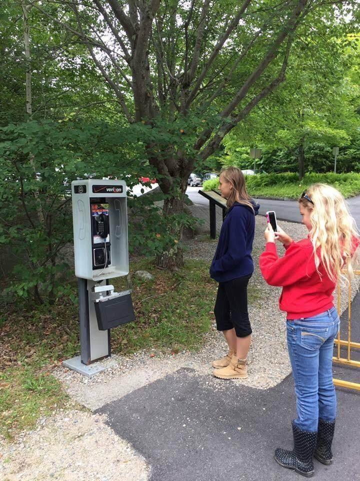 Today's Photo - May 21, 2019 : 話には聞いたことがある過去の遺物の持ち運びが出来ない屋外設置型のスマートじゃない大きな電話を発見し、思わず証拠の写真を撮ったらしい女の子たち😝
