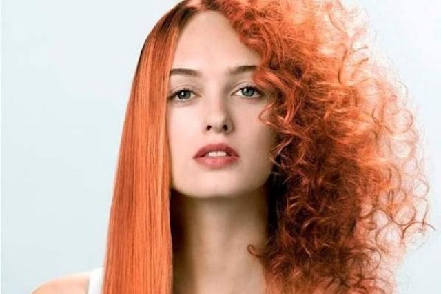 Mujer con cabello rizado antes y después de aplicar alisado permanente.