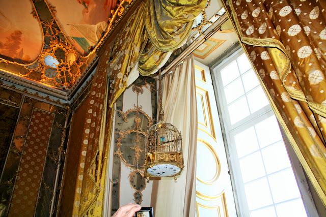 Affreschi, tende antiche, gabbia uccelli, finestra
