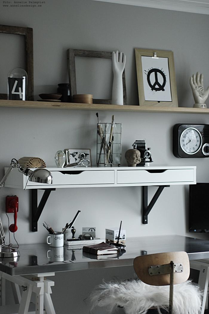 annelies design, nätbutik, nettbutikk, arbetsrum, arbetsrummet, hemmakontor, kontor, workarea, inredning, memoblock på lastpall, världskarta, vykort, svart och vitt, svartvit, svartvita, baby doll head, karta, kartor, sax, manet, pappersvitkk, pappersvikter, skrivbord, skrivbordslampa, lampa, lampor, poster, print, prints, kosnttryck, tavla, tavlor, hyllor, hylla, isländska fårskinn, skinn, fäll, dyna,