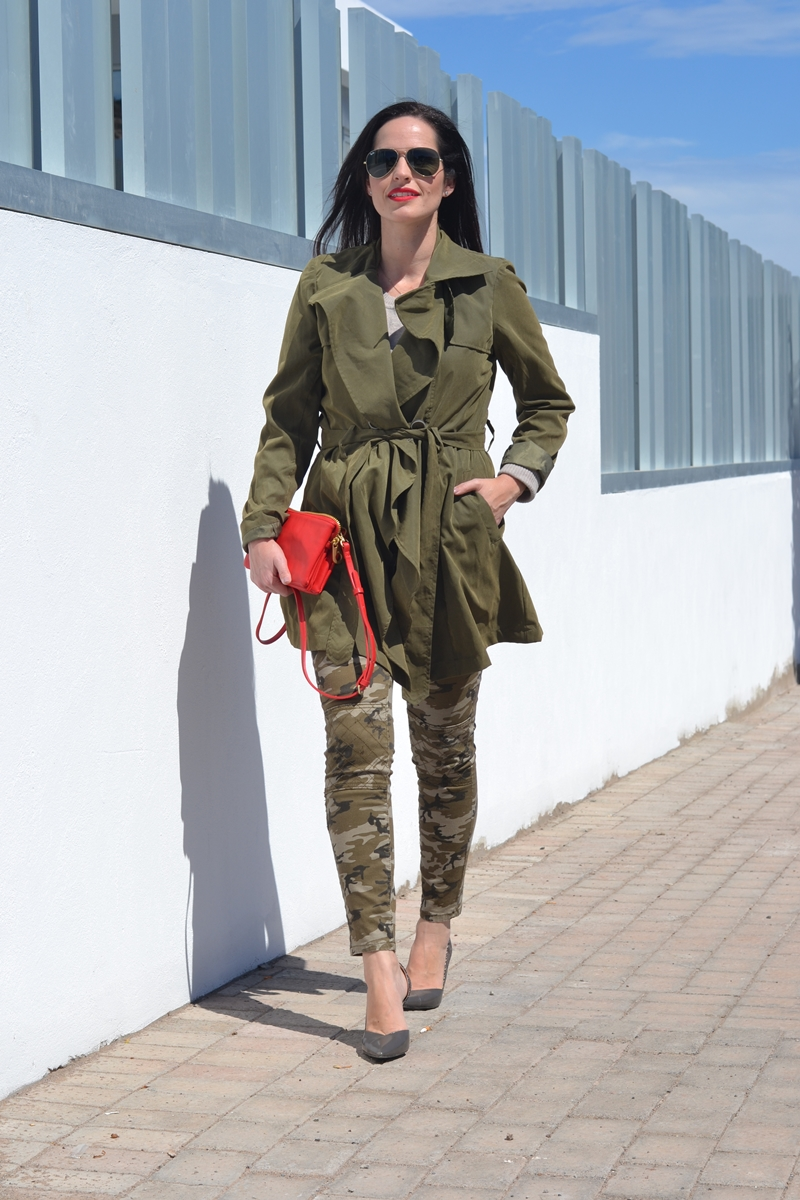 trench-and-camo-mix-outfit-street-style