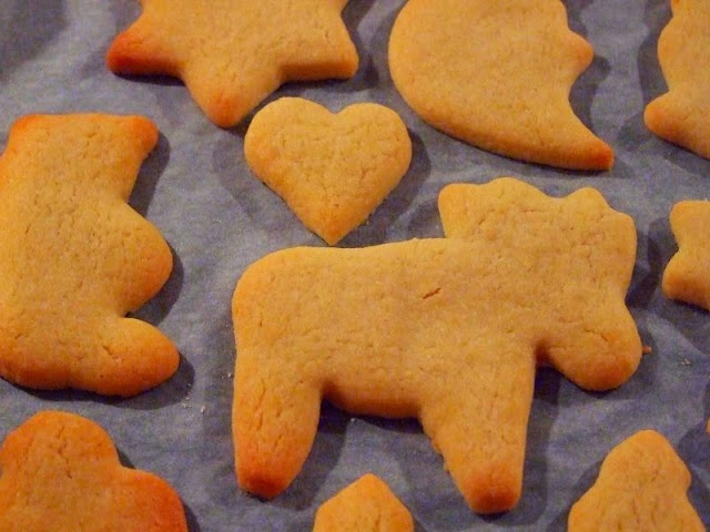 Rezept: Weihnachtsplätzchen aus Mürbeteig. Die leckeren Weihnachts-Kekse backen nur kurz im Ofen.