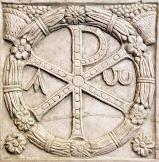 Letras gregas 'chi-rho' (XP), abreviatura de 'Christos', em sarcófago dos primeiros séculos, Museos Vaticanos