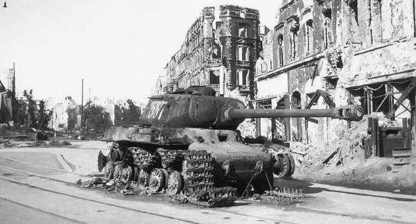 Carro de combate IS-2 soviético, destruido em Breslau (Striegaur Platz), provavelmente no final de Março de 1945. A foto foi tirada já depois da rendição.