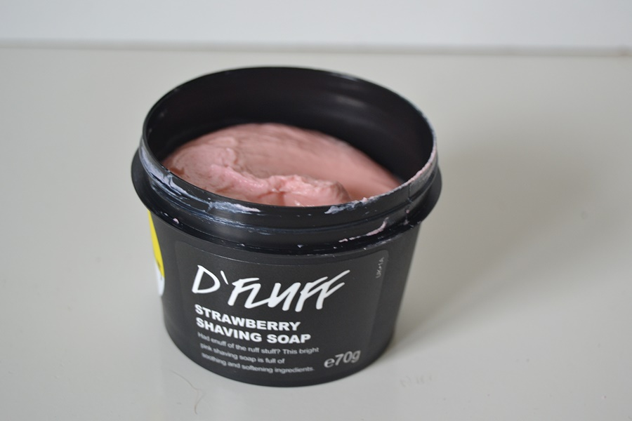 郁郁葱葱的绒毛草莓剃须肥皂