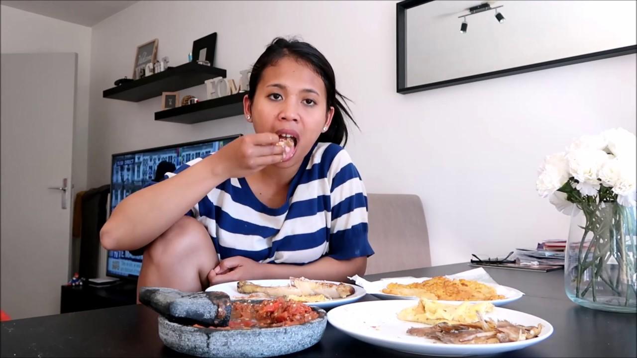 Makan sambil mengangkat satu kaki (youtube.com)