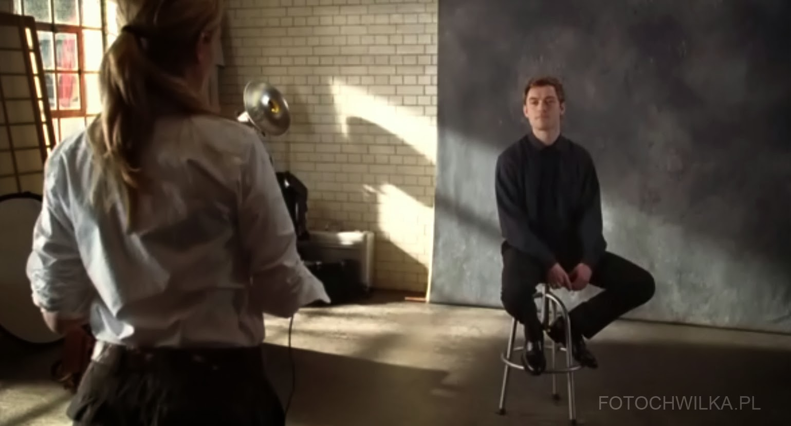"Scena z filmu ""Bliżej"" (Closer) - Julia Roberst fotografuje Jude Law"