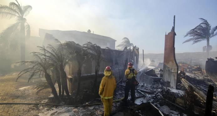 Tres muertos y más de 1,000 edificios destruidos por incendios en California