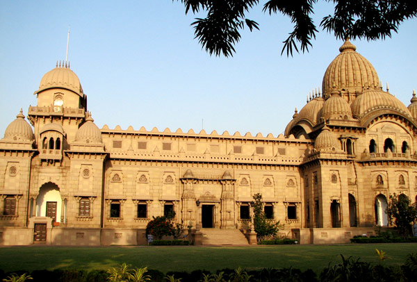 Belur Math , Kolkatta is also one of the Largest temple in India, it occupied 40 Acres