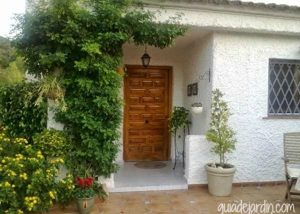 La entrada de casa antes y despu s guia de jardin for Ver puertas de entrada de casas