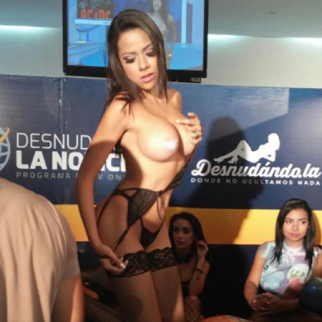 Bailando muy sensual con un corta falda frente a la web cam - 2 4