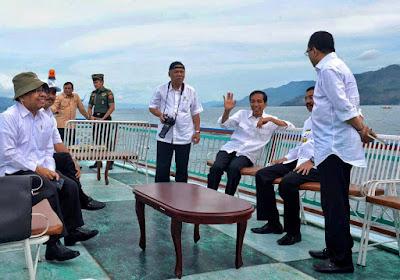 Presiden Jokowi Naik kapal menuju Pulau Samosir dan Danau Toba yang indah