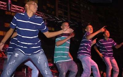 Foto de Los Wachiturros bailando en el escenario