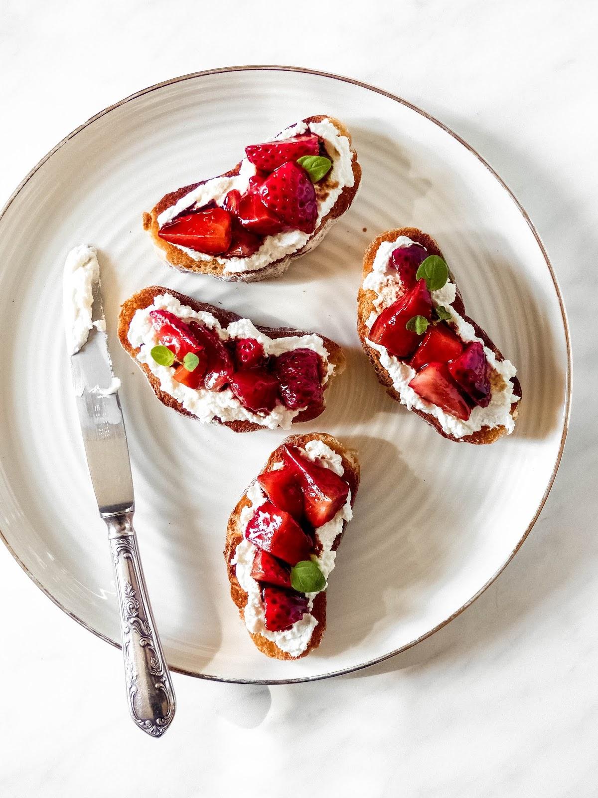 Canapes mit Ricotta und Balsamico-Erdbeeren