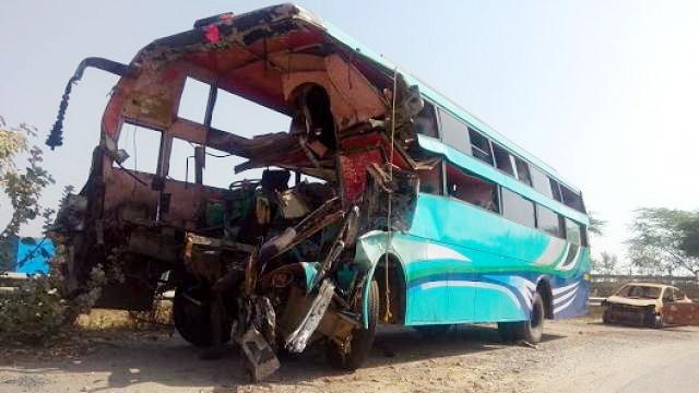 यमुना एक्सप्रेस-वे पर यात्रियों से भरी बस और ट्रक में टक्कर , 8 की मौत, 30 घायल