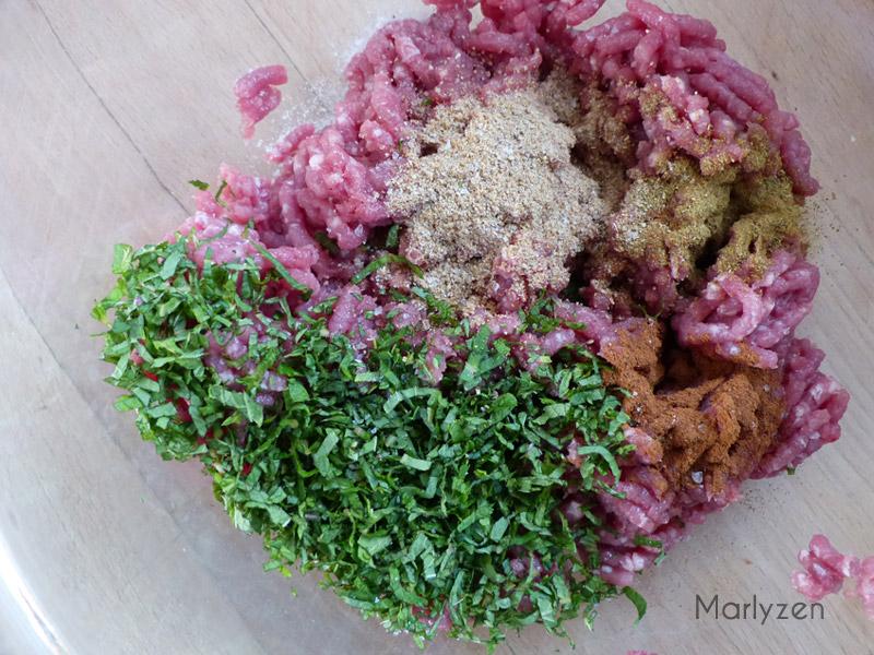 Mélangez la viande, les épices et la menthe ciselée.