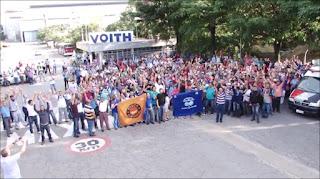 Momento da assembleia em que os trabalhadores da Voith decidem entrar em greve. Imagem: recorte de vídeo do BoxMidiaTV