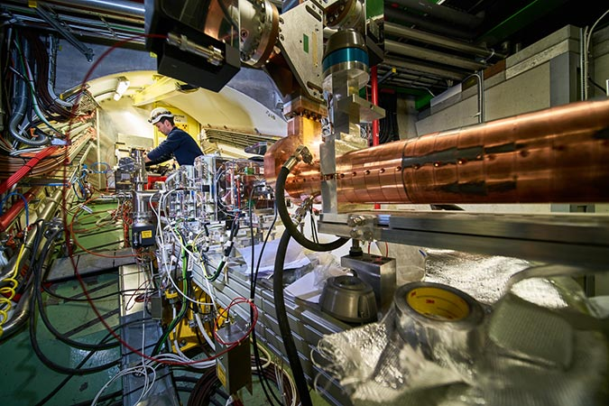 Penelitian Acceleration of Electrons in the Plasma Wakefield of a Proton Bunch