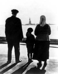 Auswanderer vor Freiheitsstatue