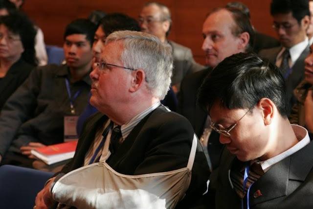 GS Thayer với một tay bó bột trong hội thảo Việt Nam học 2008