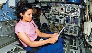 कल्पना चावला कोलंबिया स्पेस शटल में बैठी हुए। हिंदी 365