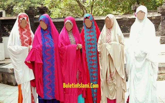 bagaimana Hukum Shalat Menggunakan Mukena Warna-warni