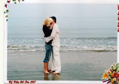 küssen sich zwei personen auf einer bank