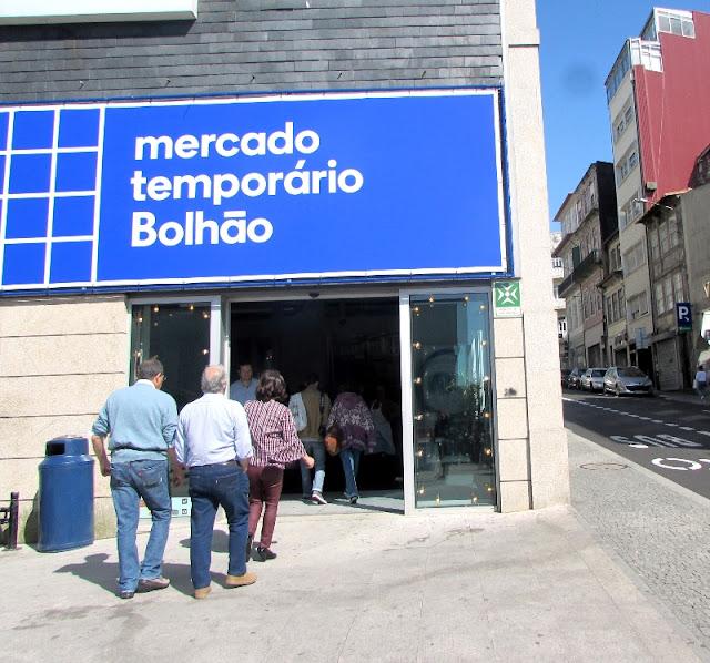 Pessoas a entrar no Mercado Temporário do Bolhão