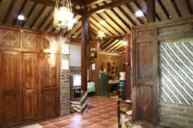 Handinoto dalam Indisch Empire Style menyebut bahwa rumah bergaya Indisch ini waktu itu dinamai Heerenhuizen atau Landhuizen. \