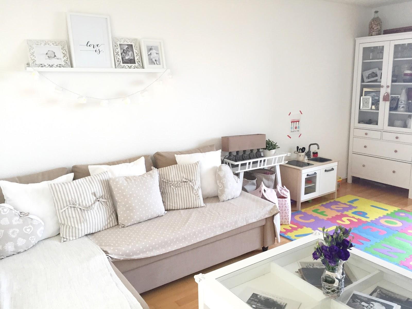 Se il tuo salotto è davvero micro, lasciare il muro sopra il divano più libero possibile. Home Tour Il Soggiorno Sara And Catherine S Tales