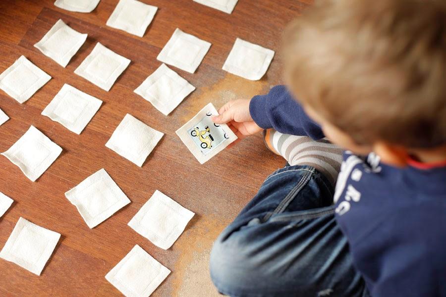 Kreatywne zabawki DIY, zabawa, z dzieckiem, bez komputera, w domu, DIY, wycinanki, postacie, sylwetki, chłopiec, dziewczynka, gra, memory, pamięć,