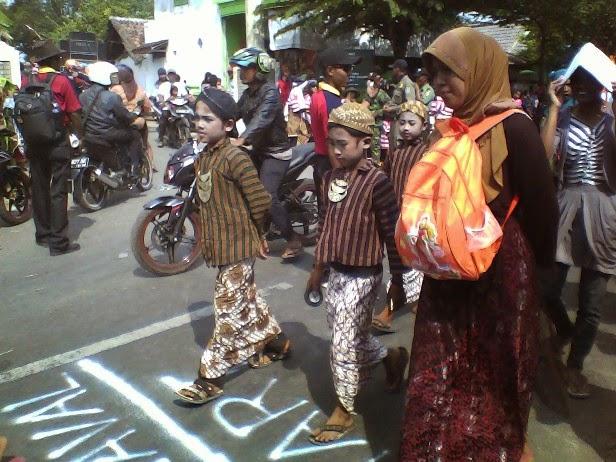 Ibu wali murid SDN Mulyoagung 4 ikut karnaval di Karnaval kecamatan SInggahan Tuban