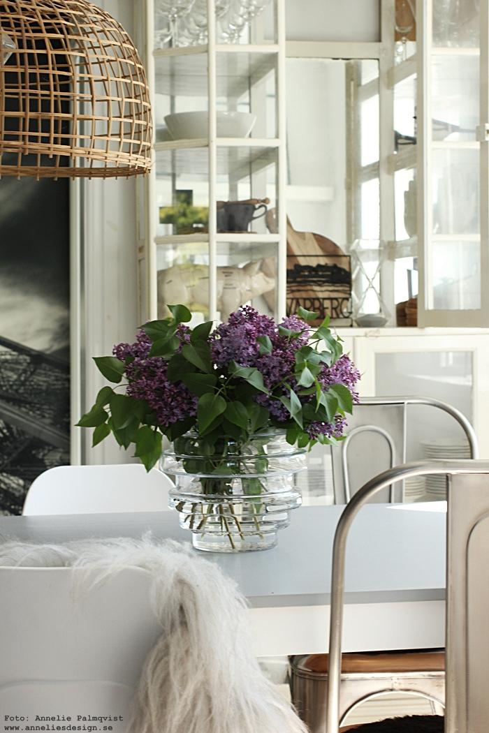 annelies design, webbutik, webbutiker, webshop, nätbutik, vas, vako, syrener, blommor, sommarblomma, sommarblommor, vitrinskåp, medicinskåp, underlägg, varberg, grytunderlägg, lila, vitt, svart och vitt