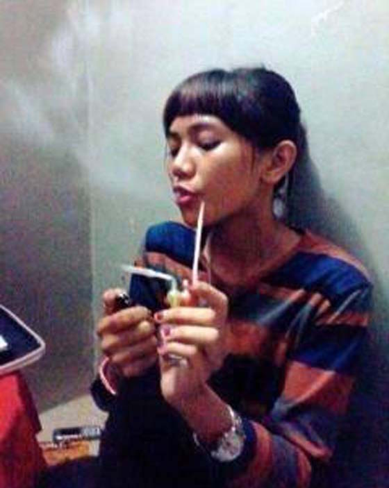 Aksi Gadis Pegang Kondom, Hisap Ice Tersebar