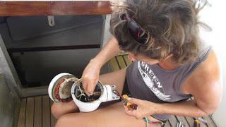 Andrea wischt das Salz aus dem Windgenerator