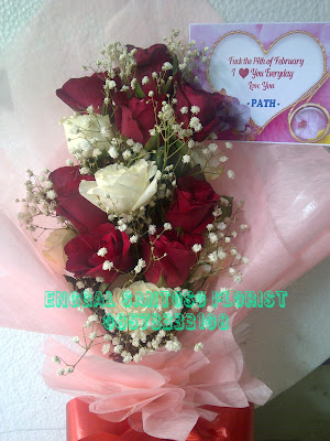 Rangkaian bunga tangan model berdiri mawar putih dan merah