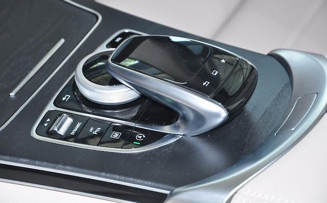 Mercedes GLC 300 4MATIC sử dụng Hệ thống Touchpad điều khiển cảm ứng