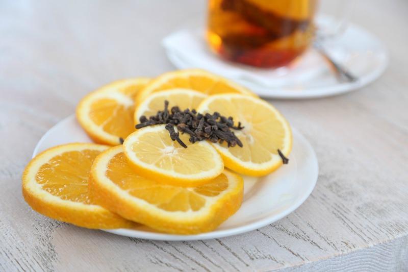 Clavo y naranja