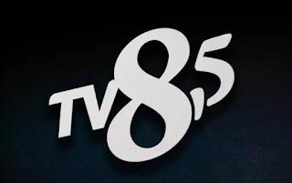 tv8,5 logosu, tv8 buçuk logosu, siyah zemin üzerinde beyaz logo