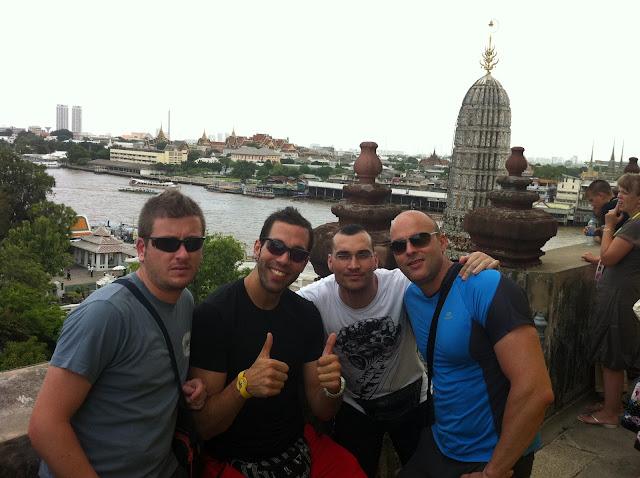 El grupo haciendo piña en Wat Arun