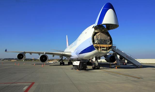 Boeing 747-409F tipi kargo uçağına burnundan yükleme yapılıyor. - Prague Airport 2015