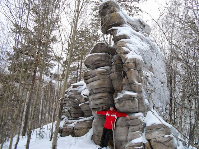 Плоская стена древней скалы