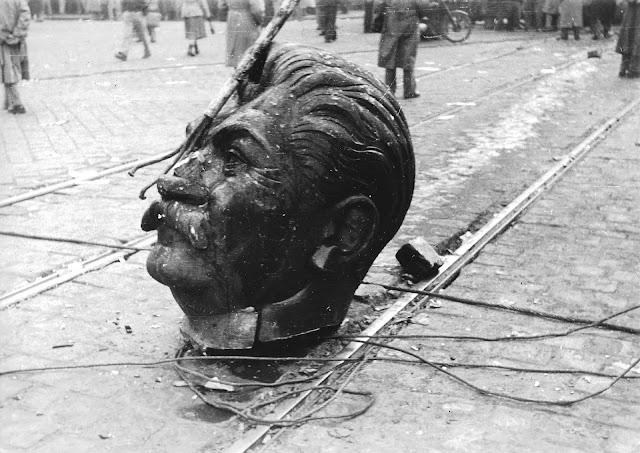 Macaristan Devriminde Saldırılan Bir Stalin Heykeli
