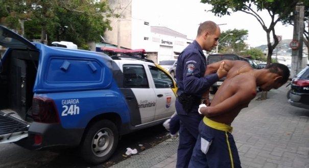 Taxista dá carona e ajuda GCM a prender assaltante em Vitória (ES)