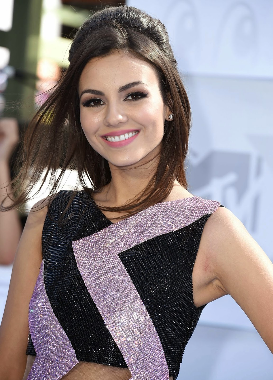 Victoria Justice flaunts a shimmery Versace cocktail mini dress at the 2015 MTV Music Awards